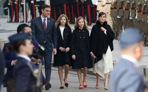 La reina Letizia junto a la Princesa Leonor, la infanta Sofía y el presidente del Gobierno español, Pedro Sánchez, en la apetura de las Cortes 2020