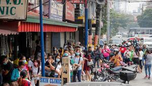 La gente hace cola para comprar máscaras en una tienda de suministros médicos en Manila (Filipinas).