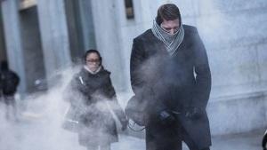 Imagen de unas personas en una ciudad en un día frío