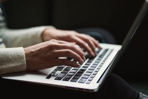 Imagen de unas manos tecleando en un ordenador portátil