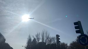 Imagen de un Boing 767 sobrevolando Madrid a menos de un kilómetro dealtura