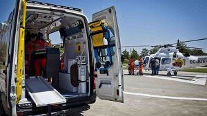Una ambulancia y un helicóptero del 061 de Andalucía