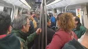 Aglomeración de gente en el metro a pesar del estado de alarma por coronavirus