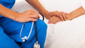 Imagen de archivo de un médico con una paciente