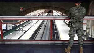 Militar del Ejército de Tierra en una estación de tren