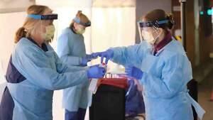 Mujeres con mascarillas limpiando productos