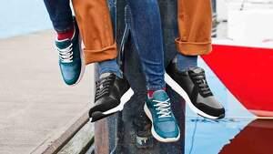 Piernas de dos modelos con pantalones y deportivas negras y azules