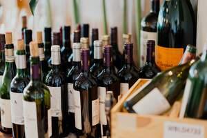Imagen de botellas de vino puesta una al lado de la otra