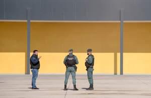 Imagen de la Guardia Civil identificando a una persona en la calle