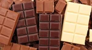 Imagen de un chocolate blanco acompañado de otros chocolates negros