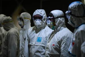 Personal de desinfeción con trajes de protección y mascarillas preventivas contra el coronavirus en Thailandia