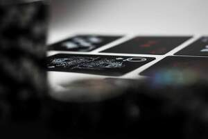 Detalle de una baraja de cartas de póker sobre la mesa
