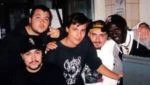 Imagen del rapero fallecido rebel junto a Violadores del Verso en el estudio de grabación