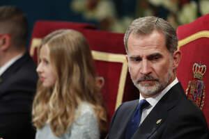 El rey español Felipe VI y su hija la princesa de Asturias Leonor de Borbón durante la entrega de los Premios Princesa de Asturias 2019 en Oviedo, el viernes 18 de octubre de 2019