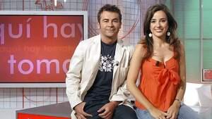 Jorge Javier Vázquez y Carmen Alcayde sentados encima de la mesa de 'Aquí hay tomate'