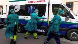 Dos ambulancias con personal médico llegan a la residencia en Tomelloso