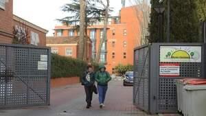Dos familiares saliendo de la residencia de Monte Hermoso
