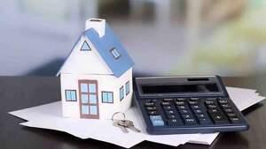 Casa de papel con llaves y calculadora