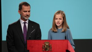 La Princesa Leonor junto a su padre el rey Felipe VI en su primer discurso