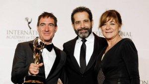 Alex Pina y Sonia Martínez celebrando el Emmy Internacional, junto al actor estadounidense Tony Shalhoub