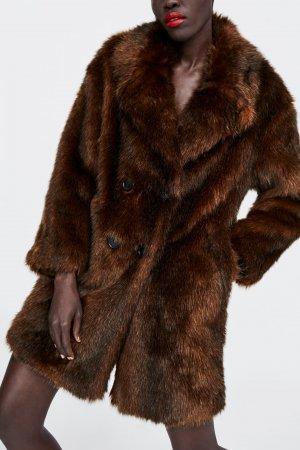 Abrigo cruzado efecto pelo de color marrón de Zara, por 49,99 euros (antes 89,95 euros)