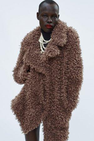 Abrigo efecto pelo soft en color tostado de Zara, por 29,99 euros