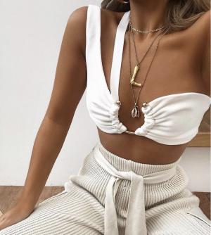Colgante alfabeto Céline en estilismo de capas de collares