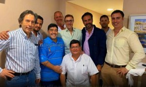 Maradona posando con los médicos que le han operado de un sangrado estomacal