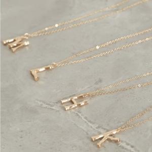 Primark lanza colección de collares de letras en tendencia