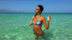 Imagen de Sofía Suescun dándose un baño en la playa durante su paso por el concurso 'Supervivientes'