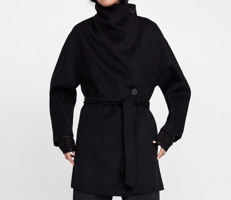 Abrigo de cuello envolvente en oferta en las rebajas de Zara