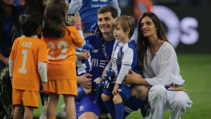 Iker Casillas y Sara Carbonero celebrando el título de Liga del Oporto junto a sus hijos