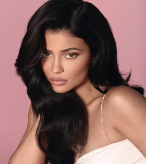 Kylie Jenner luce cejas angulares
