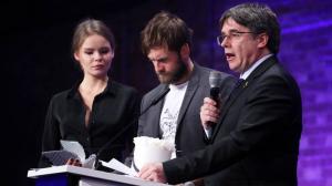 Puigdemont entregándo el premio a uno de los directores de 'Dos Cataluñas'