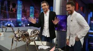 Sergio Ramos le regala a Pablo Motos una hormiga de bronce