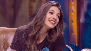 Ana Guerra escucha atenta las explicaciones de Ponce
