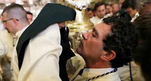 Antonio Banderas besando a la Virgen