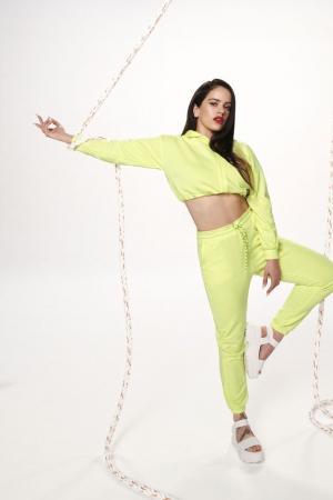 Rosalía luciendo los nuevos diseños de su colaboración con Pull&Bear