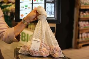 Carrefour ofrece mallas de algodón a sus clientes como alternativa a las bolsas de plástico en sus productos de frutería