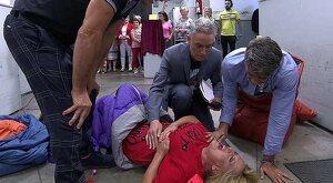 Lydia Lozano, dolorida tras el accidente sufrido al terminar la carrera de gusanos