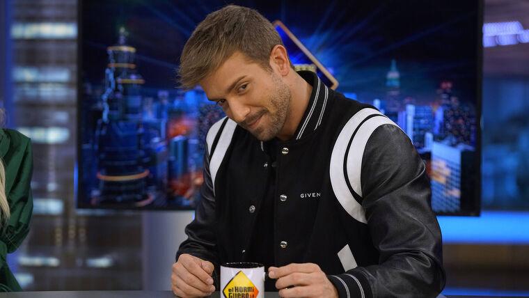 Pablo Alborán con su chaqueta de Givenchy
