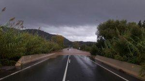 La carretera de Pollença a Sa Pobla se presenta anegada por el desbordamiento de un torrente