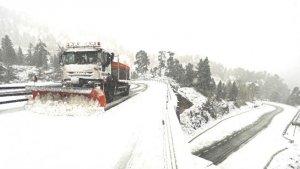 Una quitanieves trabajando en una carretera durante este temporal de nieve