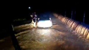 Las rieras y los campos de la Safor se han desbordado atrapando algunos coches que iban por carreteras secundarias