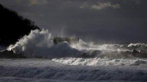 No cesará el temporal de viento y olas gigantes este miércoles en las costas del norte