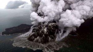 Imagen del volcán Anak Krakatoa en erupción
