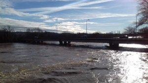 Imagen del caudal muy elevado del río Ebro este sábado