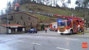 Los bomberos han atendido casi un centenar de incidentes a causa del temporal de viento