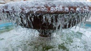 Una fuente helada durante una madrugada muy fría de invierno