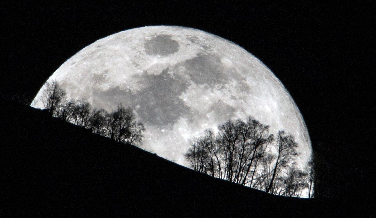 A lua cheia desta terça-feira brincando com o relevo e a vegetação dos Pirenéus